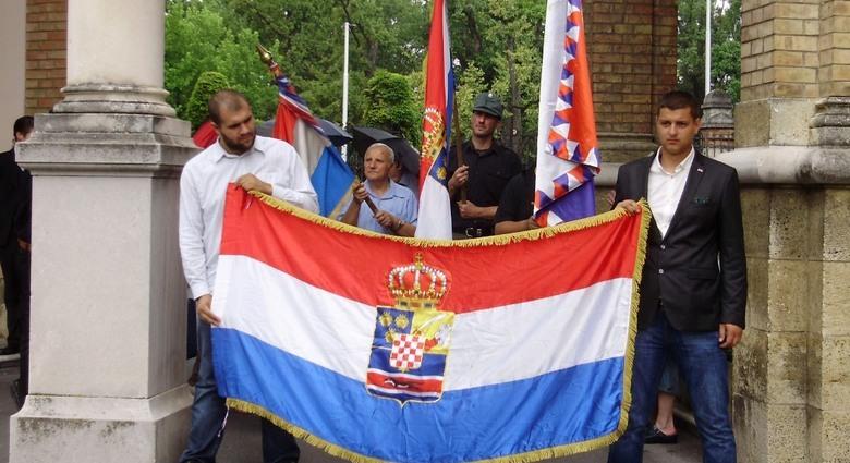 Na čelu kolone zastavu Kraljevine Hrvatske drže pripadnici Mladeži HČSP-a Ivan Knežević i Antonio Matošević